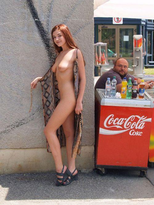 【野外露出】海外のパイパン美女達が街中で露出しちゃうエロ画像 31枚 No.9
