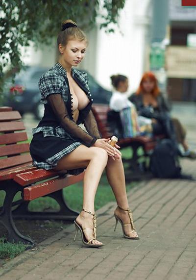 【野外露出】海外のパイパン美女達が街中で露出しちゃうエロ画像 31枚 No.11