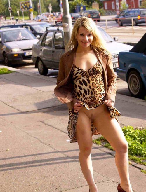 【野外露出】海外のパイパン美女達が街中で露出しちゃうエロ画像 31枚 No.16
