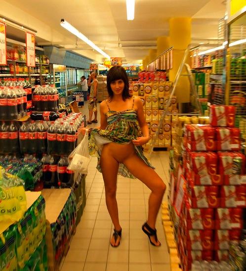 【野外露出】海外のパイパン美女達が街中で露出しちゃうエロ画像 31枚 No.19