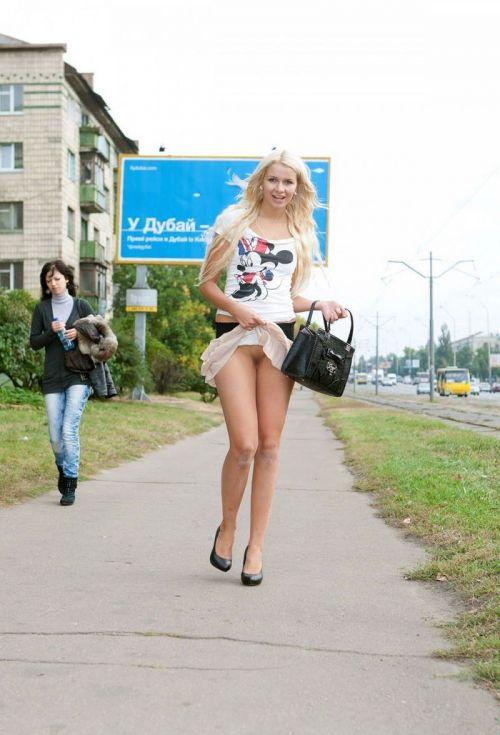 【野外露出】海外のパイパン美女達が街中で露出しちゃうエロ画像 31枚 No.27