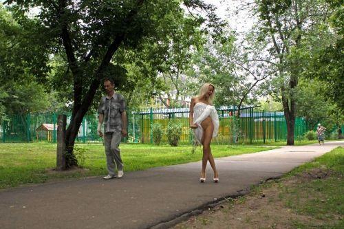 【野外露出】海外のパイパン美女達が街中で露出しちゃうエロ画像 31枚 No.31
