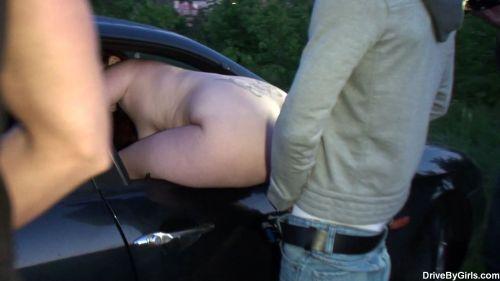 筋肉質外国人が力強く女性を抱いちゃうカーセックスのエロ画像 34枚 No.19