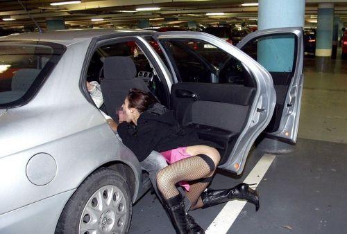 筋肉質外国人が力強く女性を抱いちゃうカーセックスのエロ画像 34枚 No.21