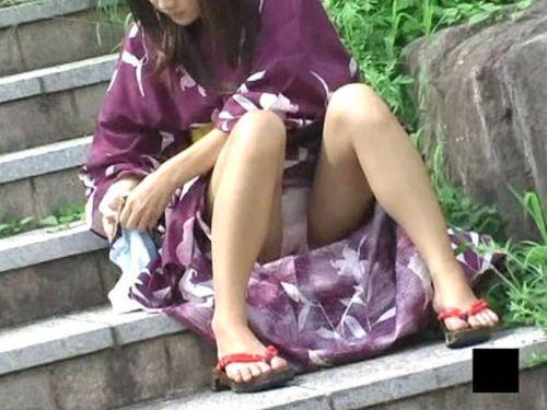 【画像】浴衣姿の女の子のしゃがみパンチラを隠し撮りした結果www 34枚 No.1