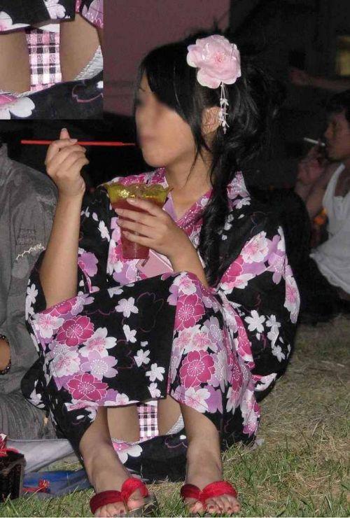 【画像】浴衣姿の女の子のしゃがみパンチラを隠し撮りした結果www 34枚 No.4