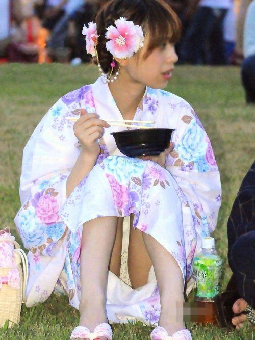 【画像】浴衣姿の女の子のしゃがみパンチラを隠し撮りした結果www 34枚 No.21