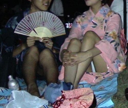 【画像】浴衣姿の女の子のしゃがみパンチラを隠し撮りした結果www 34枚 No.29