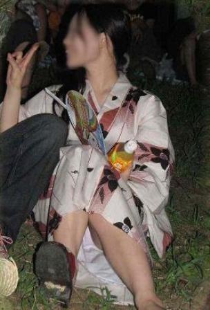 【画像】浴衣姿の女の子のしゃがみパンチラを隠し撮りした結果www 34枚 No.34