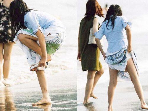 【画像】野外でパンティー脱いで着替えてる女子がエロい件www 40枚 No.1