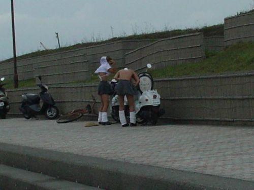 【画像】野外でパンティー脱いで着替えてる女子がエロい件www 40枚 No.7