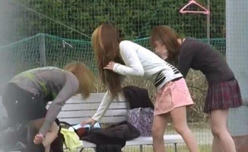【画像】野外でパンティー脱いで着替えてる女子がエロい件www 40枚 No.10