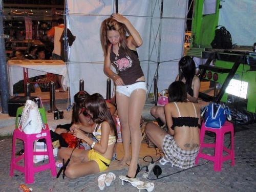 【画像】野外でパンティー脱いで着替えてる女子がエロい件www 40枚 No.12