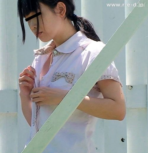 【画像】野外でパンティー脱いで着替えてる女子がエロい件www 40枚 No.13