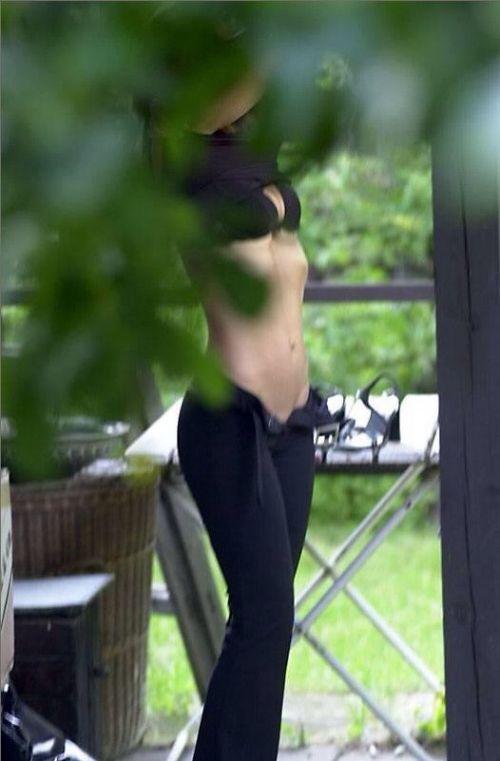 【画像】野外でパンティー脱いで着替えてる女子がエロい件www 40枚 No.15