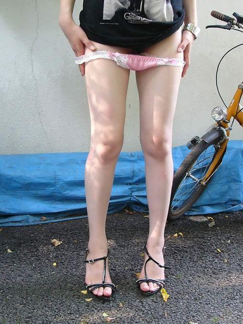【画像】野外でパンティー脱いで着替えてる女子がエロい件www 40枚 No.22