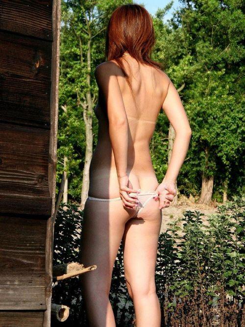 【画像】野外でパンティー脱いで着替えてる女子がエロい件www 40枚 No.24