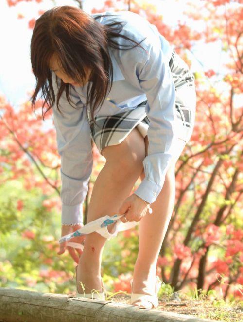 【画像】野外でパンティー脱いで着替えてる女子がエロい件www 40枚 No.28