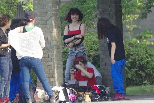 【画像】野外でパンティー脱いで着替えてる女子がエロい件www 40枚 No.29