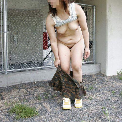 【画像】野外でパンティー脱いで着替えてる女子がエロい件www 40枚 No.32