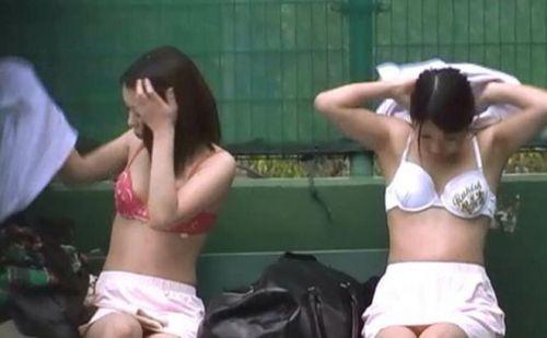 【画像】野外でパンティー脱いで着替えてる女子がエロい件www 40枚 No.34