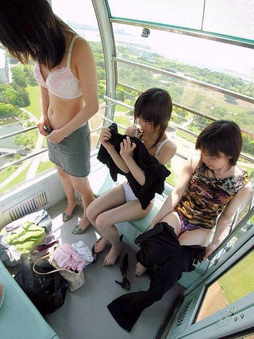 【画像】野外でパンティー脱いで着替えてる女子がエロい件www 40枚 No.35