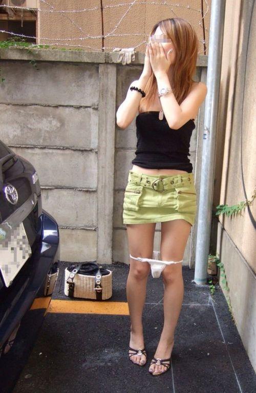 【画像】野外でパンティー脱いで着替えてる女子がエロい件www 40枚 No.37