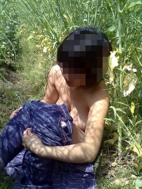【画像】野外でパンティー脱いで着替えてる女子がエロい件www 40枚 No.38
