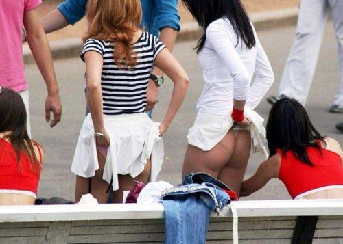 【画像】野外でパンティー脱いで着替えてる女子がエロい件www 40枚 No.39