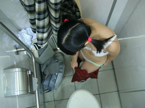 トイレの中で水着の着替えをしちゃうギャル達のエロ画像 25枚 No.1