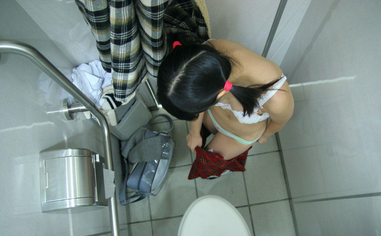 トイレの中でミズ着の着替えをしちゃうGAL達のえろ写真 25枚