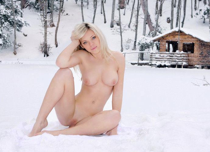 雪景色の中で雪や川に体を突っ込んじゃう裸外国人女性のえろ写真 32枚