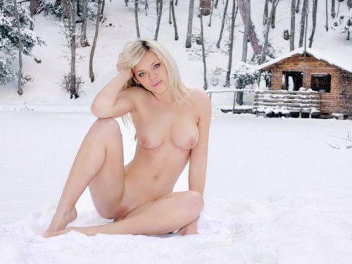 雪景色の中で雪や川に体を突っ込んじゃう全裸外国人女性のエロ画像 32枚 No.1