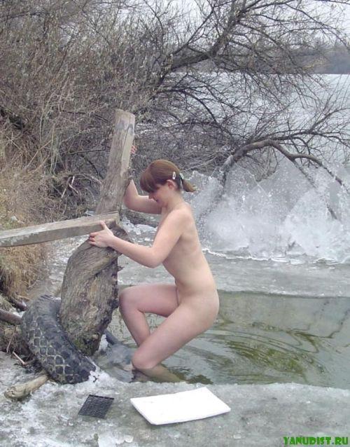 雪景色の中で雪や川に体を突っ込んじゃう全裸外国人女性のエロ画像 32枚 No.3
