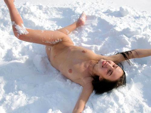 雪景色の中で雪や川に体を突っ込んじゃう全裸外国人女性のエロ画像 32枚 No.16