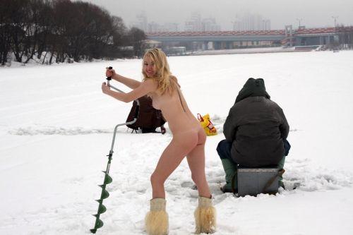 雪景色の中で雪や川に体を突っ込んじゃう全裸外国人女性のエロ画像 32枚 No.25