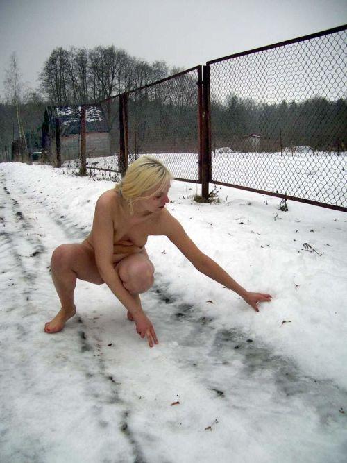 雪景色の中で雪や川に体を突っ込んじゃう全裸外国人女性のエロ画像 32枚 No.26