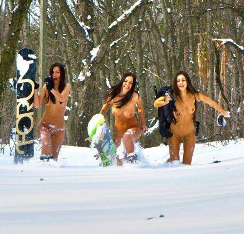 雪景色の中で雪や川に体を突っ込んじゃう全裸外国人女性のエロ画像 32枚 No.29