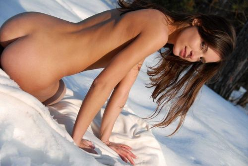 雪景色の中で雪や川に体を突っ込んじゃう全裸外国人女性のエロ画像 32枚 No.30