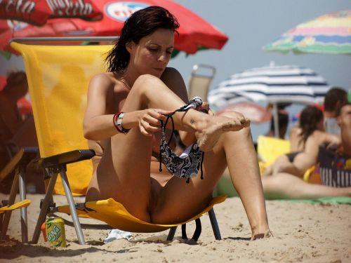 【画像】野外で隠さずに堂々と着替えるスタイル抜群の外国人女性達www 32枚 No.1