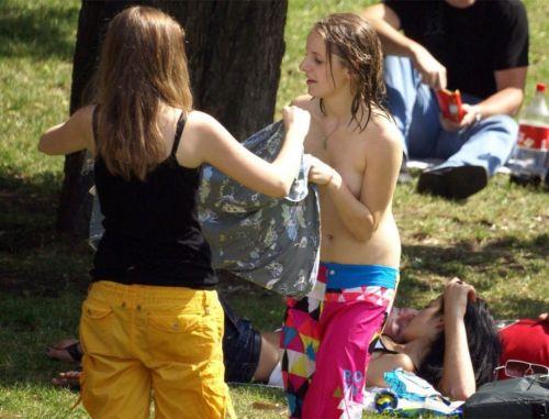 【画像】野外で隠さずに堂々と着替えるスタイル抜群の外国人女性達www 32枚 No.16
