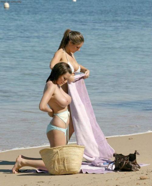 【画像】野外で隠さずに堂々と着替えるスタイル抜群の外国人女性達www 32枚 No.19