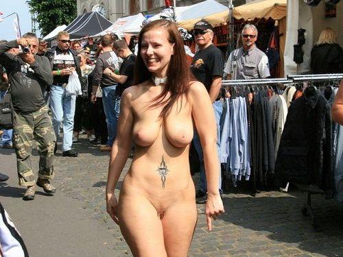 人混みが多い街を全裸でお散歩する海外露出狂美女達のエロ画像 31枚 No.1