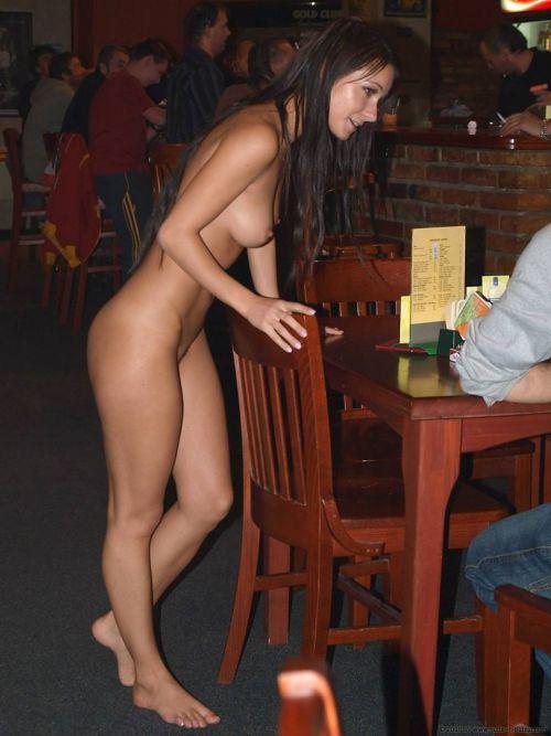 人混みが多い街を全裸でお散歩する海外露出狂美女達のエロ画像 31枚 No.6