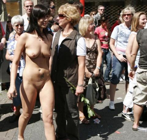 人混みが多い街を全裸でお散歩する海外露出狂美女達のエロ画像 31枚 No.15