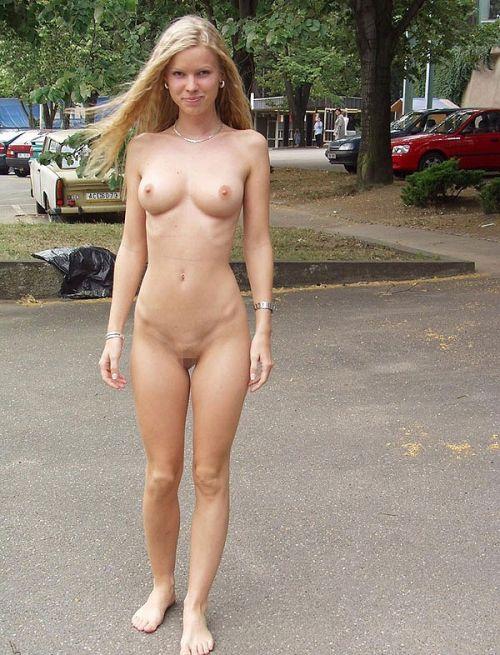 人混みが多い街を全裸でお散歩する海外露出狂美女達のエロ画像 31枚 No.19