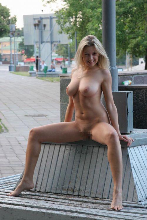 人混みが多い街を全裸でお散歩する海外露出狂美女達のエロ画像 31枚 No.23