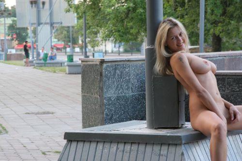 人混みが多い街を全裸でお散歩する海外露出狂美女達のエロ画像 31枚 No.24