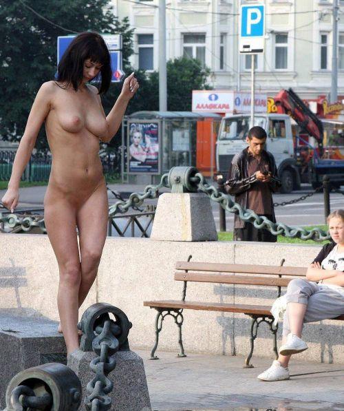 人混みが多い街を全裸でお散歩する海外露出狂美女達のエロ画像 31枚 No.28