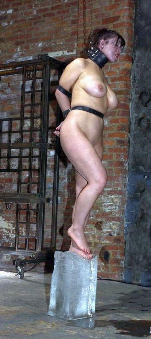 【事故注意】外人女性の首をロープで締め上げる狂人プレイのエロ画像 34枚 No.5
